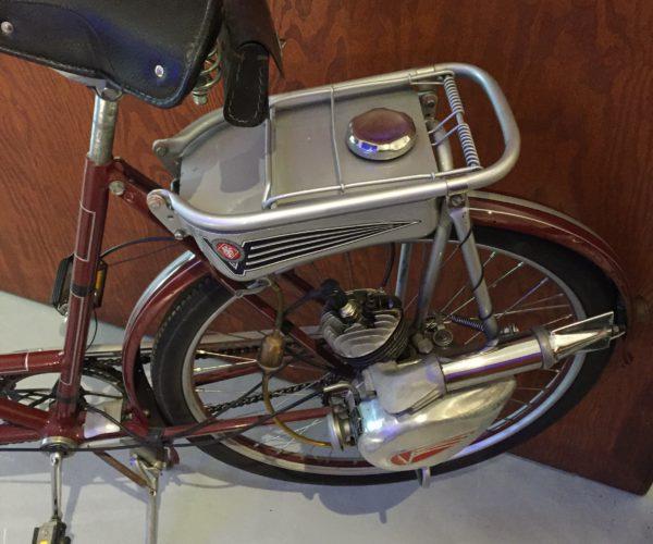 Detalj av tandem med bensinmotor. Z museum.